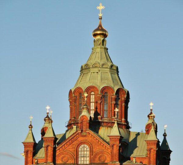 Catedral ortodoxa Uspenski de Helsinki al atardecer