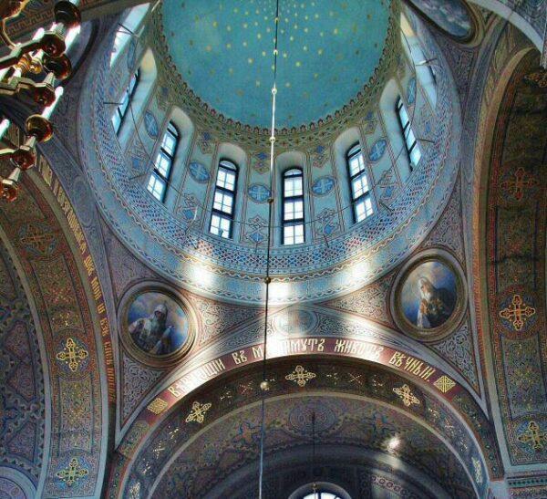 Estilo bizantino en el interior de la catedral ortodoxa Uspenski de Helsinki