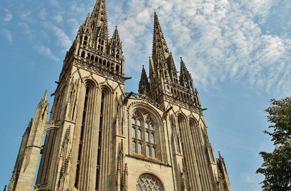 Agujas de la catedral gótica de Quimper en Bretaña