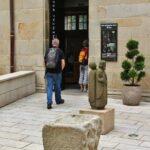 Entrada al museo Bretón en el patio de la catedral de Quimper en Bretaña