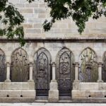 Rincón del patio de la catedral de Quimper en Bretaña
