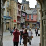 Arco de entrada al patio de la catedral de Quimper en Bretaña