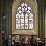 Vidriera en una nave lateral de la catedral de Quimper en Bretaña
