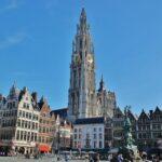 Catedral gótica de Amberes en Flandes desde la plaza Mayor