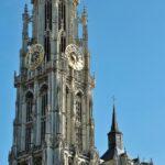 Torre de la catedral gótica de Amberes en Flandes