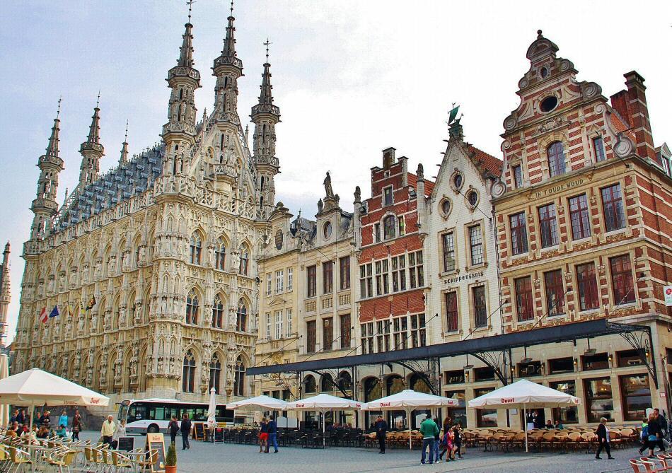 Ayuntamiento gótico en la plaza Mayor de Lovaina en Flandes
