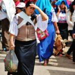 Indígenas otalaveños en el mercado de animales de Otavalo cerca de Qui