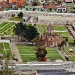 Vistas de un cementerio desde el mirador del Panecillo en Quito