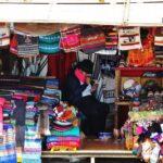 Tienda de souvenirs junto al monumento del Panecillo en Quito