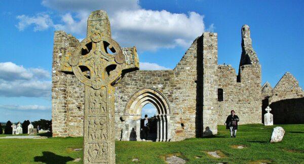 Cruces celtas y templos paleocristianos en Clonmacnoise en Irlanda