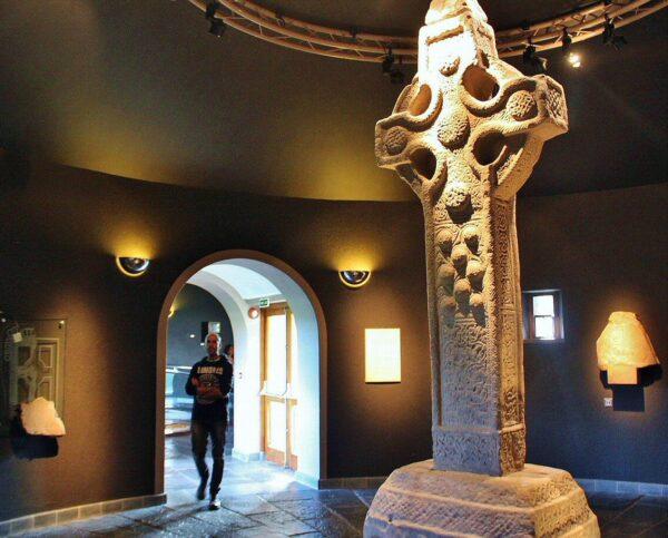 Cruz celta en el museo de Clonmacnoise en Irlanda