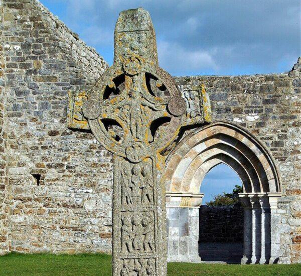 Cruz celta de las Escrituras en Clonmacnoise en Irlanda