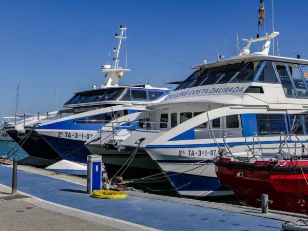 Catamaranes para excursiones en puerto de Cambrils