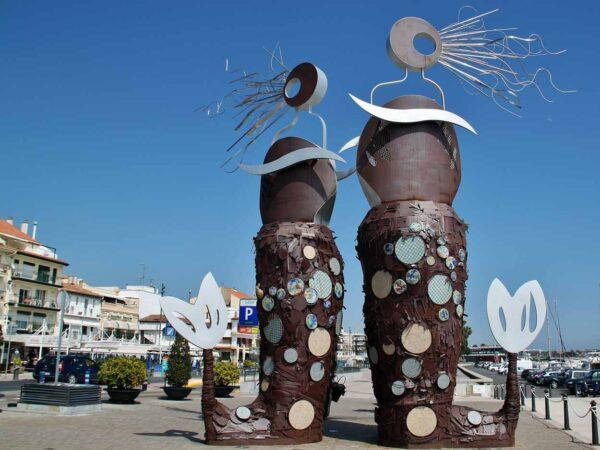 Monumento a los pescadores en puerto de Cambrils