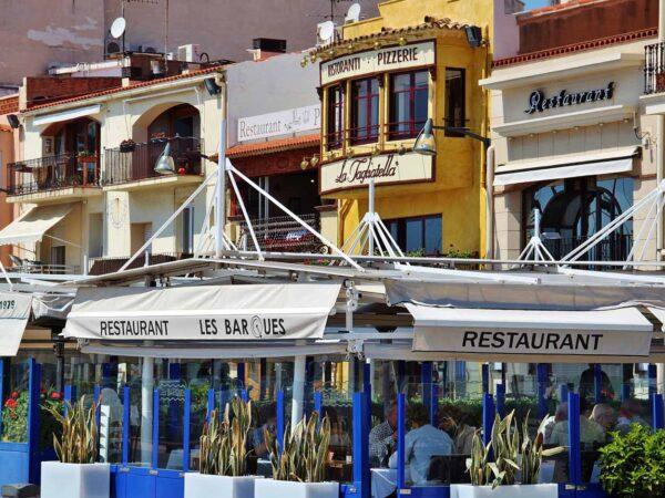 Terrazas de restaurantes en puerto de Cambrils