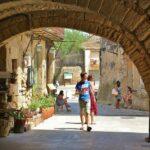 Zona porticada en la plaza de Les Voltes de Peratallada en Costa Brava