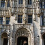 Puerta principal del ayuntamiento de Bruselas en la Grand Place