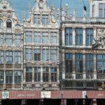 Lonetas pintadas sobre fachadas de casas en restauración en la Grand Place de Bruselas