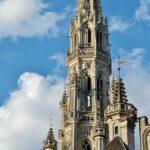 Aguja de la torre del ayuntamiento de Bruselas en la Grand Place
