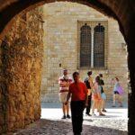Arco en la plaza del Castillo en Peratallada en Costa Brava