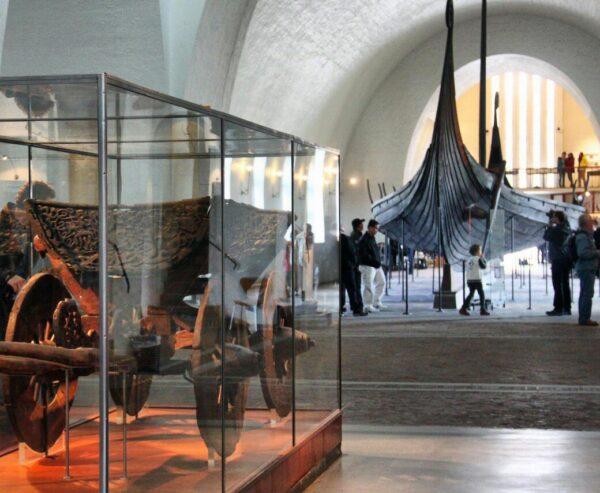 Carro de la tumba de Oseberg en el Museo de Barcos Vikingos de Oslo