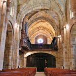 Interior monasterio románico Santa María de Valdediós en Asturias