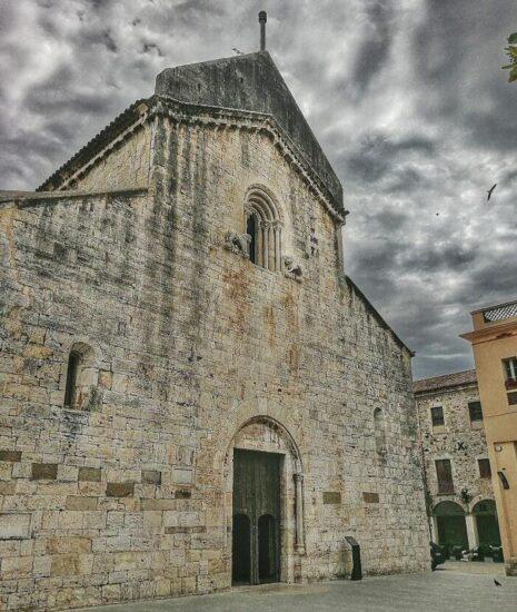 Iglesia de Sant Pere de Besalú en la provincia de Girona