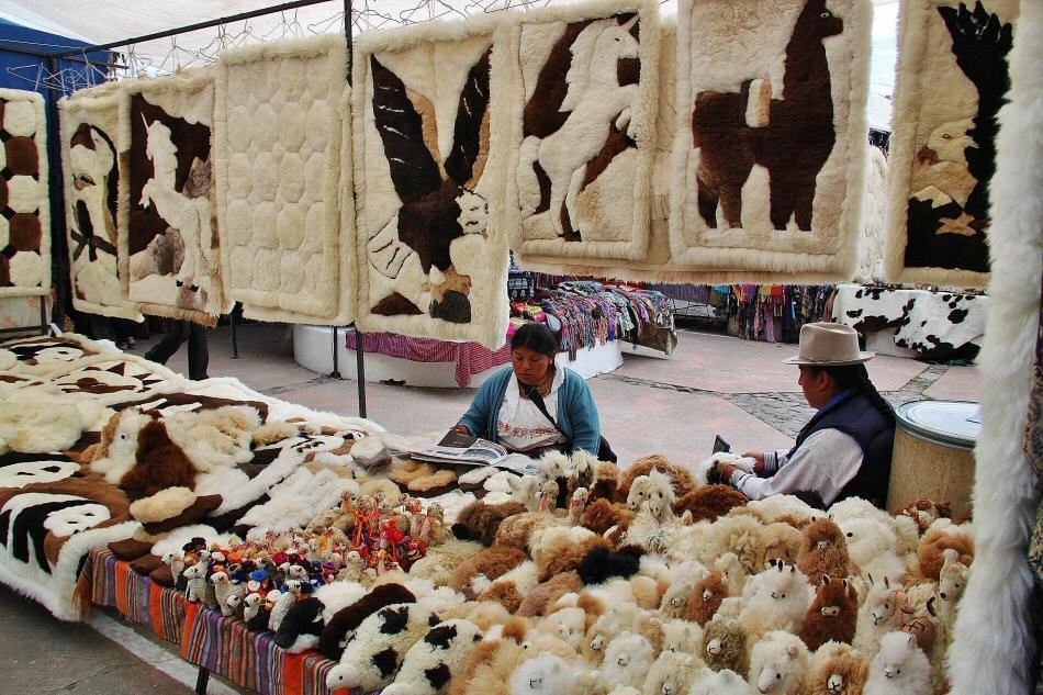 Mercado artesanal de Otavalo cerca de Quito en Ecuador