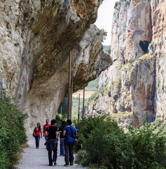 Senda de la antigua vía ferroviaria en la Foz de Lumbier en Navarra