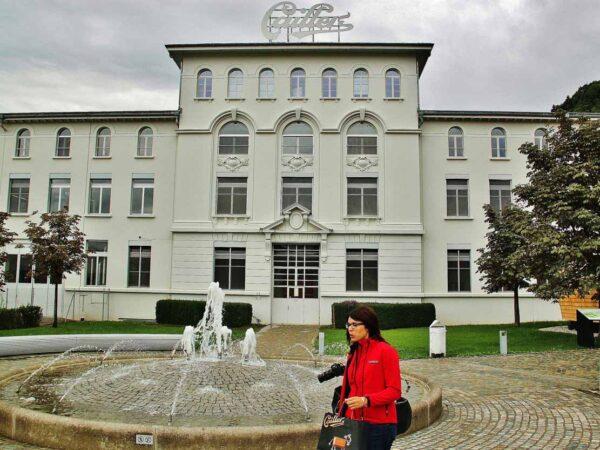 Edificio histórico de la fábrica de chocolates Cailler en Suiza