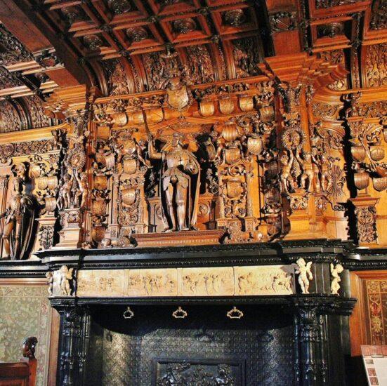 Chimenea en la antigua Sala de Juicios del Ayuntamiento de Brujas