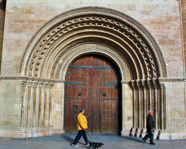 Puerta románica en la catedral de Valencia
