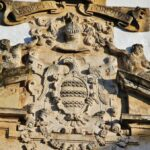 Escudo nobiliario en el Palacio de Viana en Córdoba en Andalucía