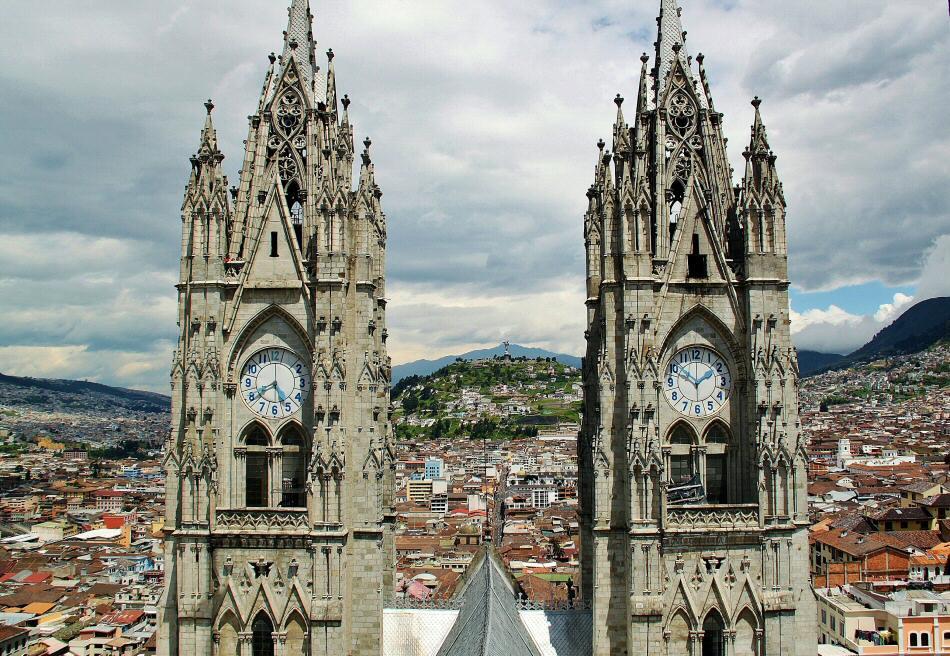 Vistas panorámicas de Quito desde la Basílica Nacional en Ecuador