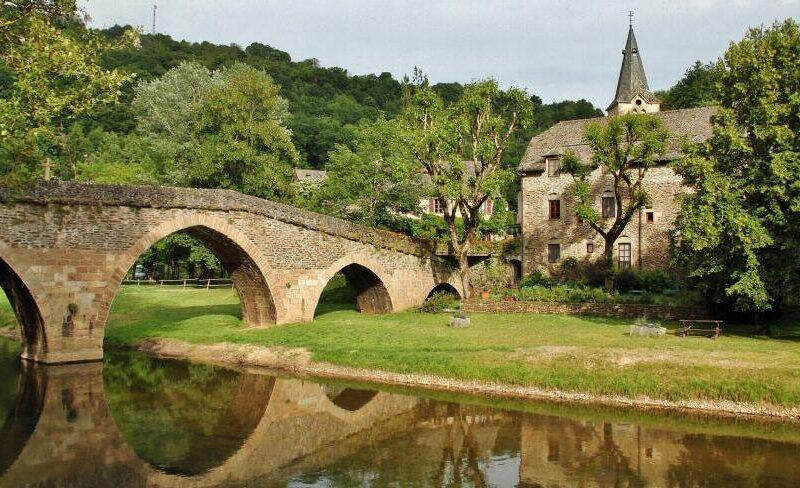 Puente medieval de Belcastel al sur de Francia