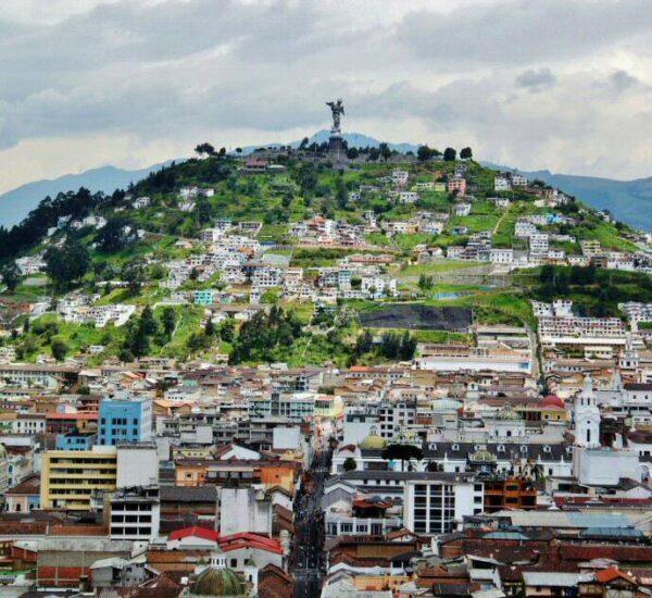 El Panecillo y el centro histórico de Quito desde la Basílica