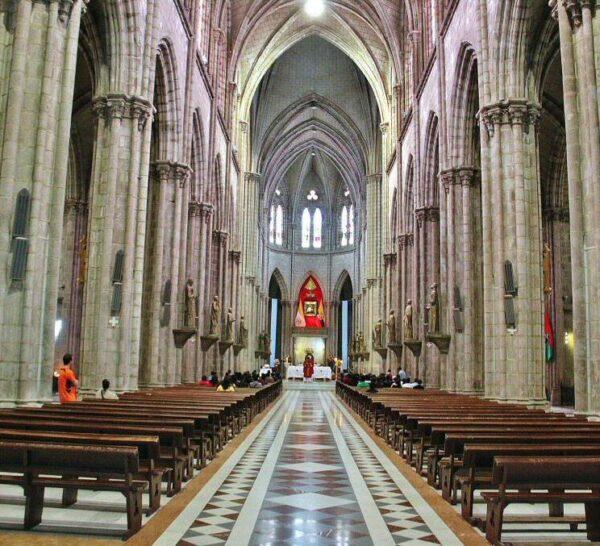 Nave central de la Basílica del Voto Nacional en Quito