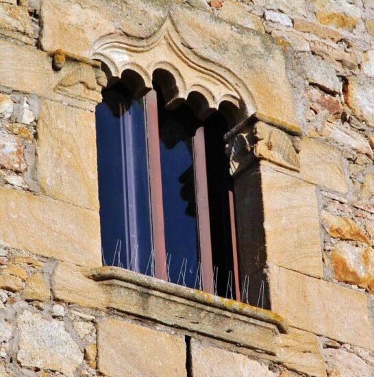 Ventana gótica en Pals en la Costa Brava de Cataluña