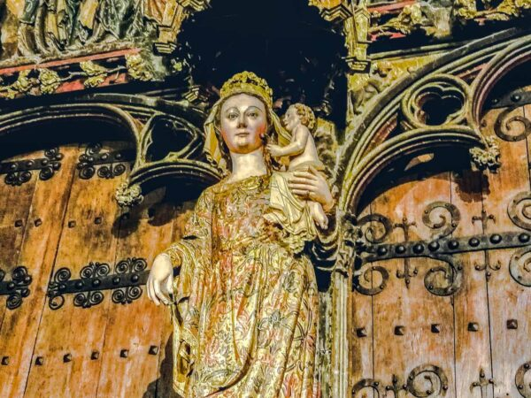 Pórtico de la iglesia de Santa María de Laguardia en Rioja