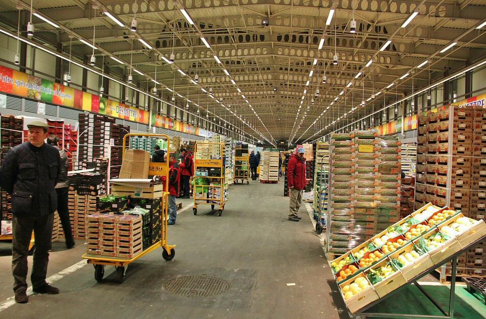 Nave de frutas y verduras en el mercado central Rungis de París