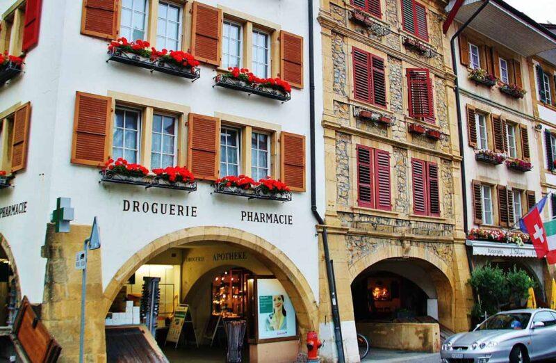 Casas barrocas en el centro de Murten en Suiza