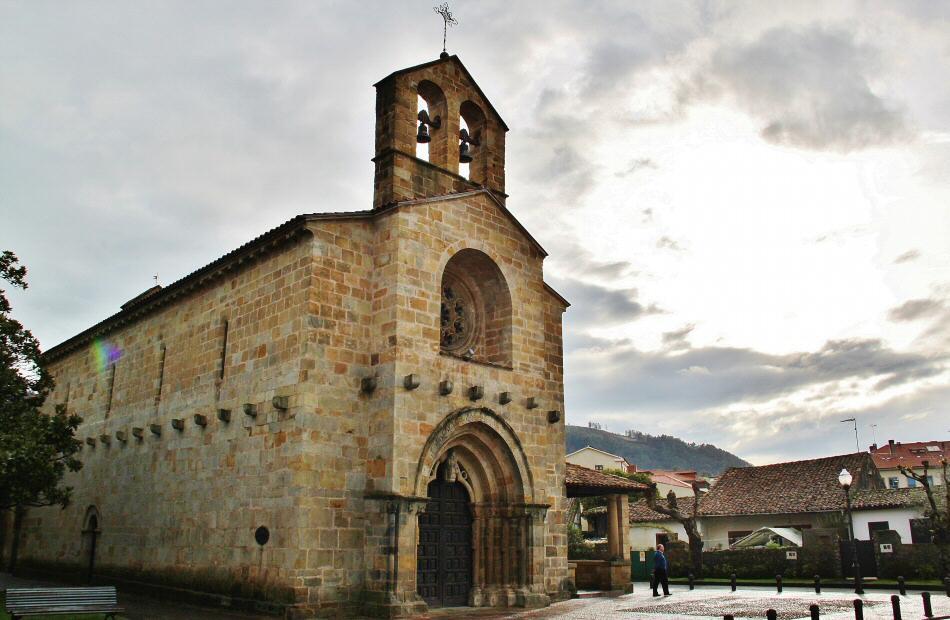 Iglesia románica Santa María de la Oliva en Villaviciosa en Asturias