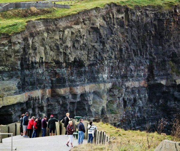 Mirador en los Acantilados de Moher en Irlanda