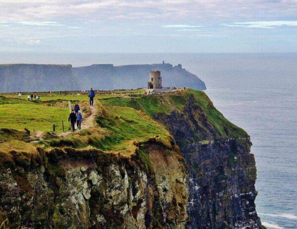 Senderismo por acantilados de Moher en Irlanda