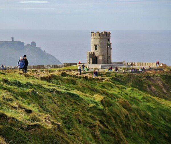 Torre O´Brien en acantilados de Moher en Irlanda