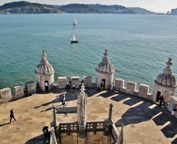 Terraza de la Torre de Belem cerca de Lisboa