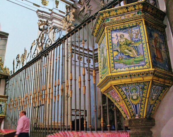 Púlpito con azulejos de Talavera en la Basílica del Prado