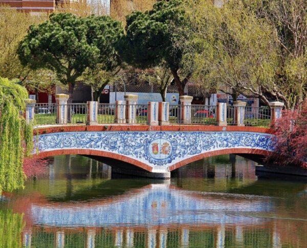 Puente con azulejos en el parque de la Alameda de Talavera de la Reina