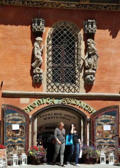 Restaurante histórico en el antiguo ayuntamiento de Wroclaw en Polonia