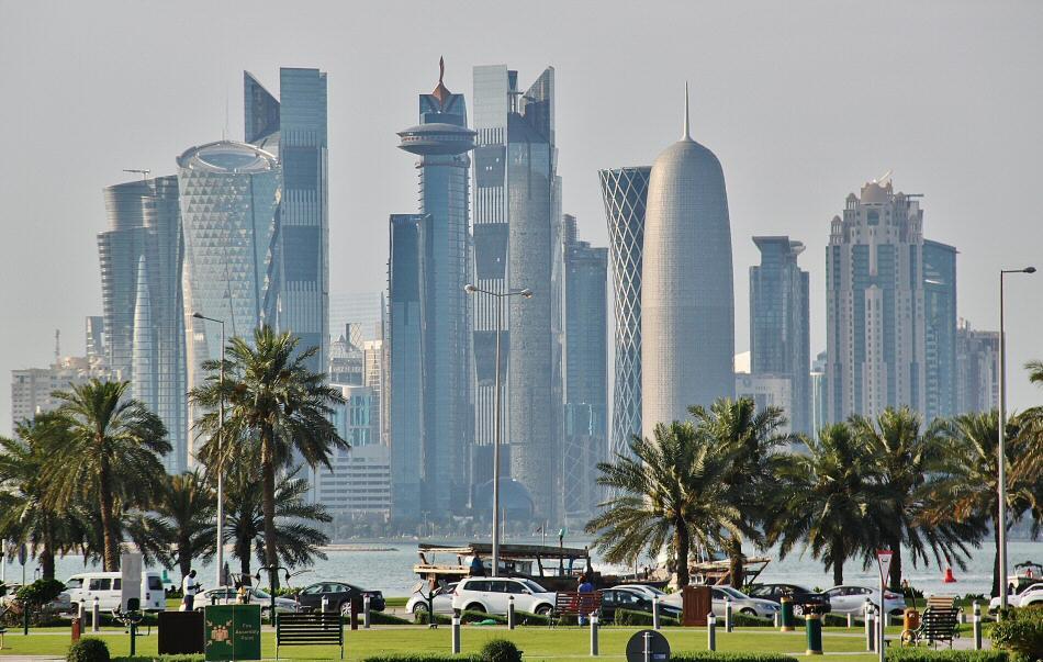 Skyline del nuevo Doha desde el paseo marítimo en Qatar
